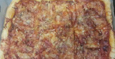 Coca de hojaldre de verduras y bacon