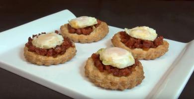 Pinchos de chorizo y huevos de codorniz